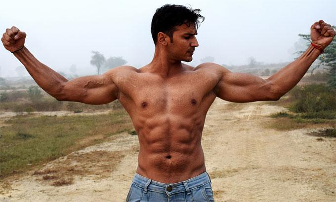 筋肉隆々の男性